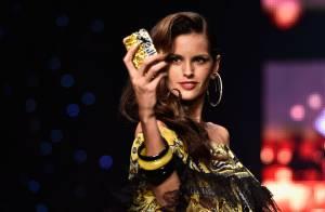 Izabel Goulart faz selfie durante desfile na Paris Fashion Week: 'Adorei'