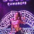 Izabel Goulart com body ultra-cavado e pochete com strass para curtir o Carnaval no Sambódromo