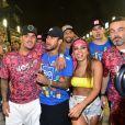 Solteira, Anitta teria sido vista aos beijos com Neymar em camarote