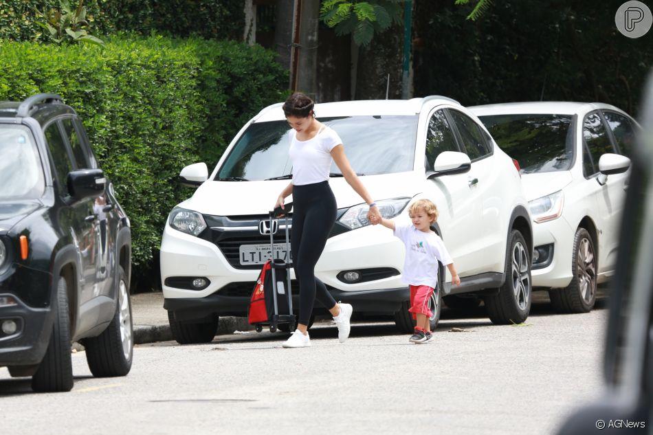 Sophie Charlotte  busca seu filho, Otto, na escola