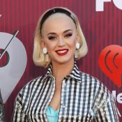 Katy Perry aposta em vestido de vinil, tiara e make clássica, bem anos 60