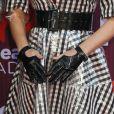 Luvas de vinil e cinto largo deram uma pegada fetishista ao look de Katy Perry