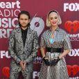 Katy Perry usou vestido de xadrez preto e branco e cinto largo para definir silhueta no I Heart Radio