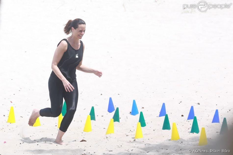 Vanessa Gerbelli suou a camisa e se divertiu em um treino funcional na praia da Barra da Tijuca, na Zona Oeste do Rio de Janeiro, nesta quarta-feira, 1º de outubro de 2014