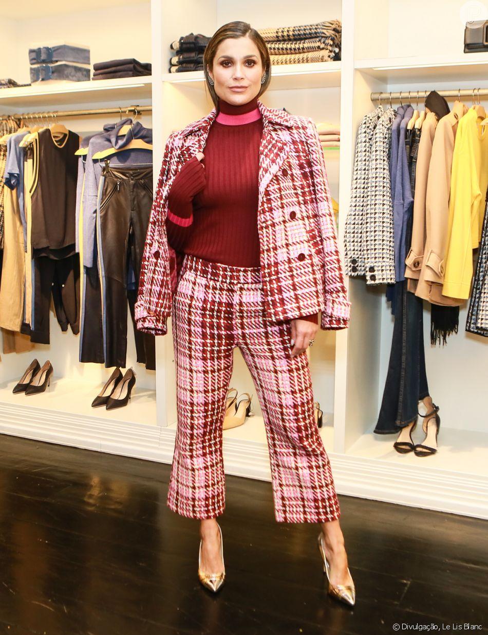 Flávia Alessandra conferiu os lançamentos de inverno da Le Lis Blanc. Para o evento, a atriz apostou na moda do xadrez.