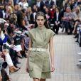 Colete usado como vestido, cinto para marcar a cintura e definir a silhueta na trend do militarismo