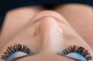 Cílios volumosos e olhar fatal! Entenda sobre a técnica da extensão de cílios