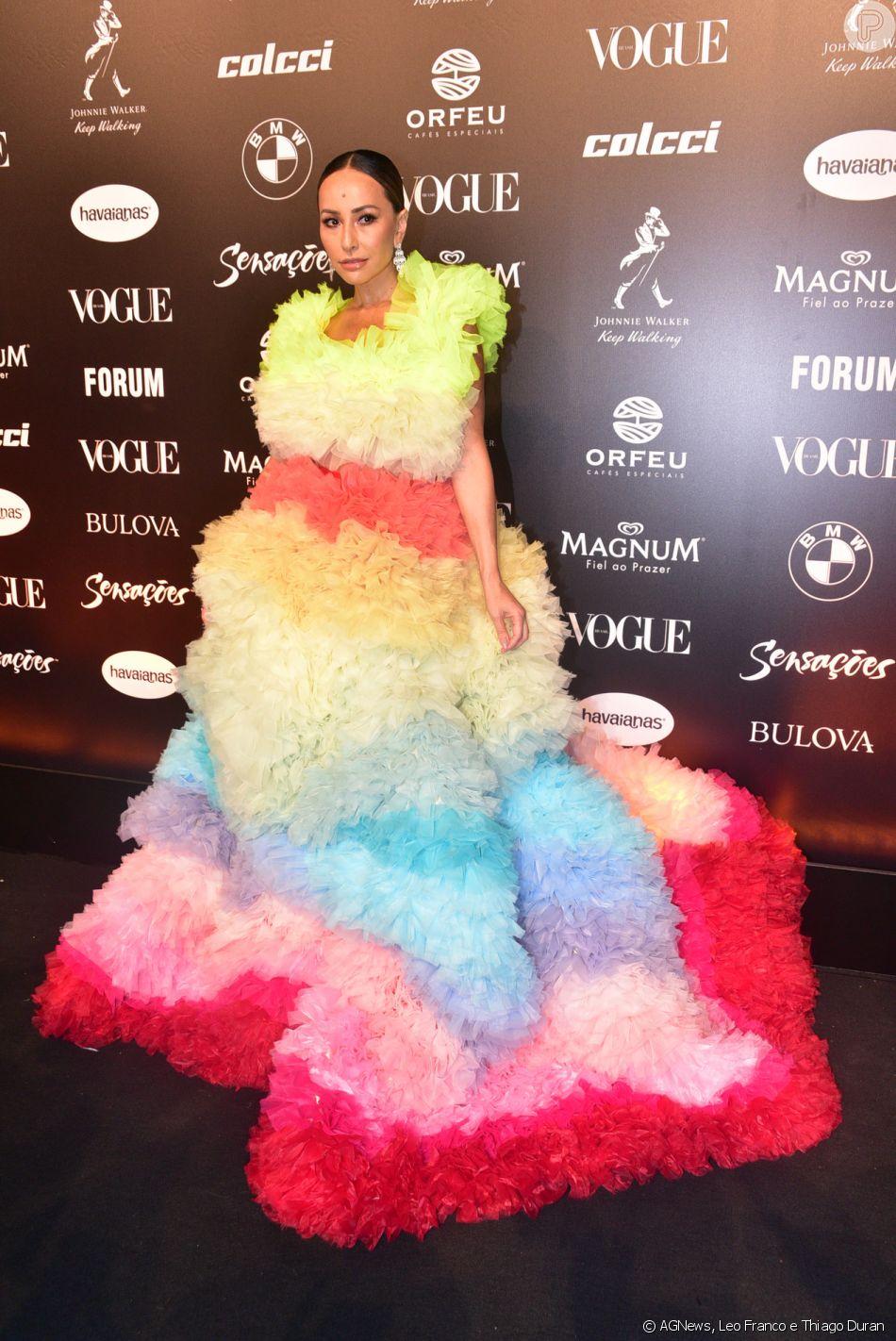 Sabrina Sato ousou com um vestido de 7 quilos do estilista japonês Tomo Koizumi