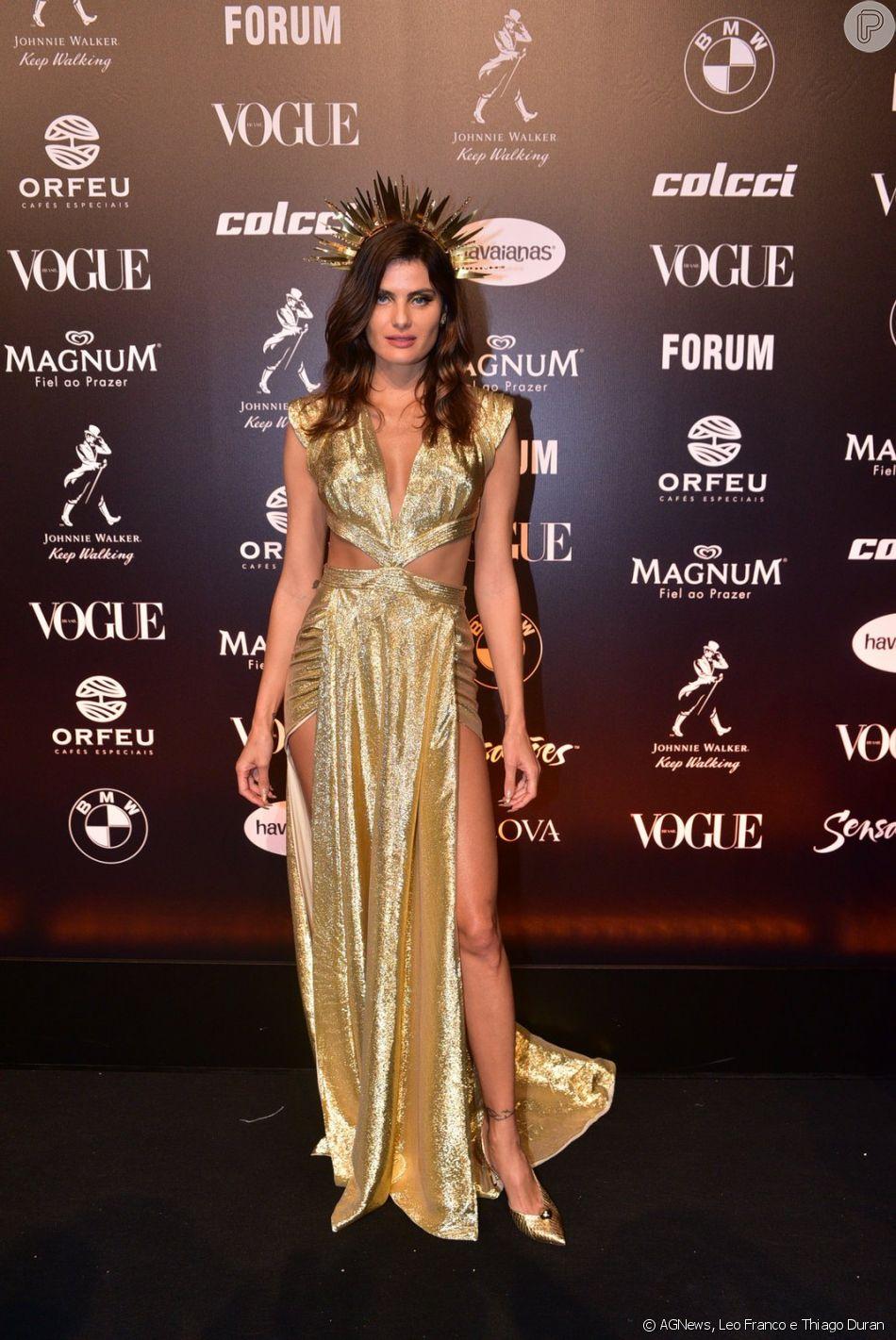 Isabeli Fontana também apostou em um look recortado para o Baile da Vogue 2019