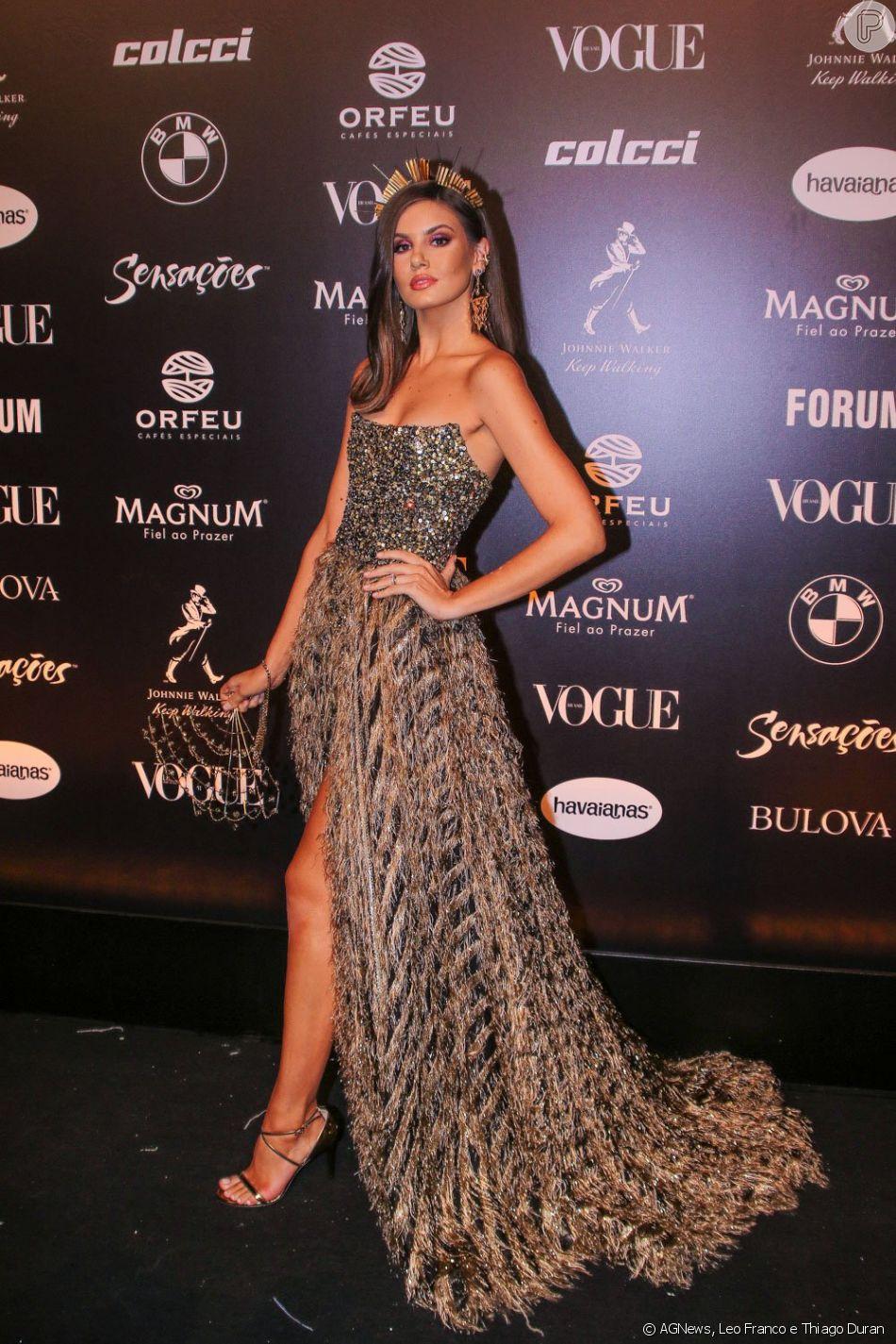 Camila Queiroz usou um vestido da grife Forum inspirado na ópera Carmen