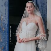Vestido bucólico e sapatilha customizada: o look noiva de Barbara Fialho