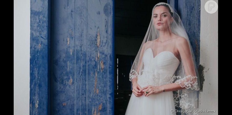 Vestido bucólico e sapatilha customizada: o look noiva de Barbara Fialho para casamento no sábado, dia 23 de março de 2019