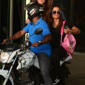 Anitta é fotografada em mototáxi com mochila 'Playboy' de grife italiana. Veja!