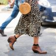 O look com saia midi de oncinha e bota western é estiloso para o outono 2019