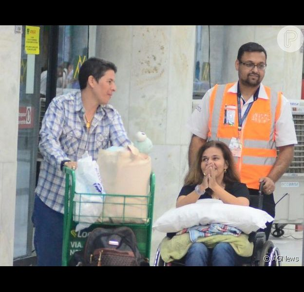 Claudia Rodrigues, de cadeira de rodas após alta em hospital, posa com fãs no Rio de Janeiro nesta terça-feira, dia 02 de abril de 2019