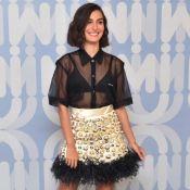 Fashionista, Marina Moschen faz mix de texturas com saia de pedrarias e plumas
