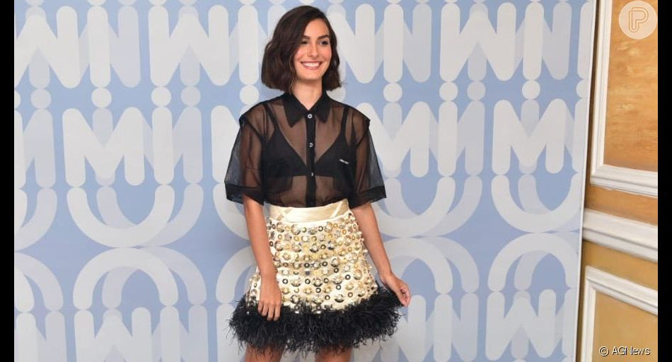Marina Moschen elege look com transparência e saia de plumas