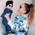 Filha de Sabrina Sato, Zoe usou um macacão jeans com lavagem escura, diferenciando um pouquinho do look da mãe