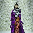 Mix de cores de impacto: laranja, roxo e branco com mesmo print deu personalidade ao look no desfile da Asava na Shanghai Fashion Week