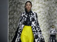 Cores vibrantes, saias estruturadas, rendas e metalizado em desfile asiático