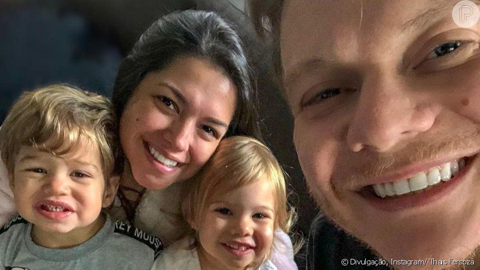 Thais Fersoza e Michel Teló mostraram as fofuras dos filhos, Melinda e Theodoro. Enquanto a mãe filmou a menina pulando ao som de hit de Sandy e Junior, o pai mostrou o caçula abusando dos diminutivos na hora do café da manhã.