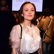 Larissa Manoela escolhe casaco de PVC e saia midi para desfile de moda. Fotos!