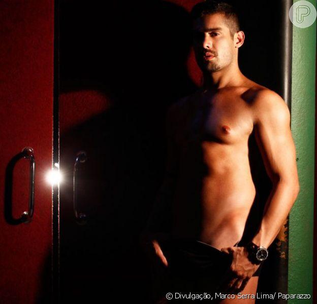 Ex-BBB Yuri Fernandes faz ensaio sensual junto de duas mulheres para o site Paparazzo, divulgado em 18 de fevereiro de 2013