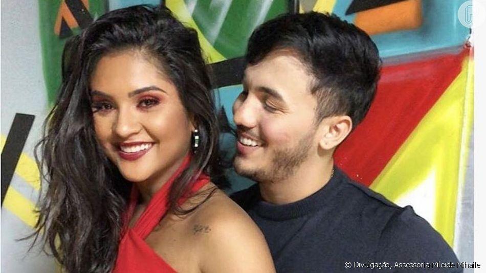 Mileide Mihaile foi alvo de brincadeira do namorado, Wallas Arrais, quando desembarcaram em Fortaleza