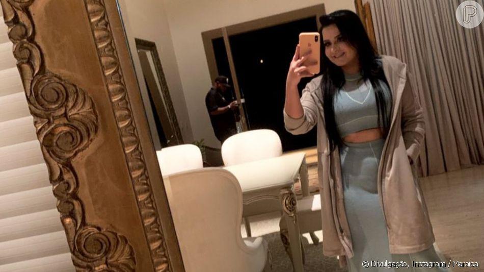 Maraisa aposta em look com conjunto jeans e deixa barriga à mostra