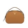 Bolsa de couro Prada usada por Bruna Marquezine custa R$ 7 mil