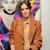 Conjunto camurça e bolsa de R$ 7 mil: o look de Marquezine em exposição de arte