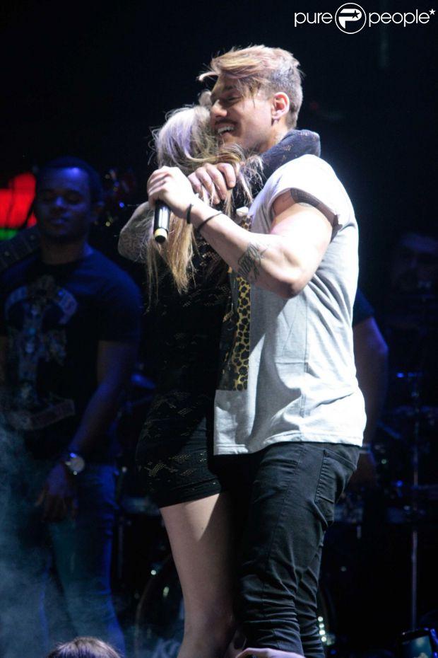 Lucas Lucco sensualiza em show com fã em São Paulo, nesta quarta-feira, 8 de outubro de 2014