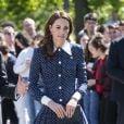 Kate Middleton combina clutch azul marinho com vestido azul de poá e sapato da mesma cor