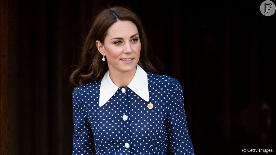 Kate Middleton usa vestido de poá azul com gola peter pan
