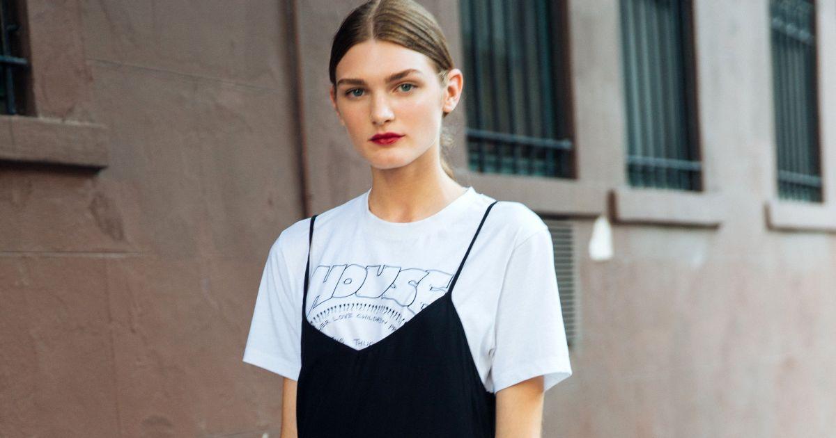 1e13d156d O vestido preto de alcinhas pode ficar mais despojado com uma t-shirt  branca por baixo - Purepeople