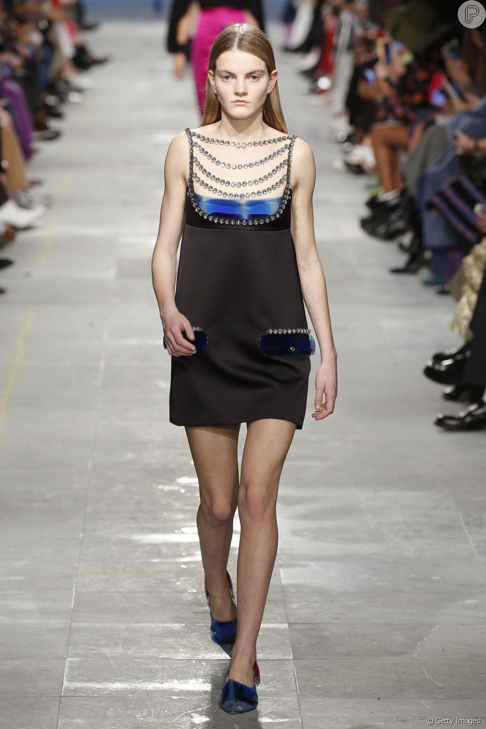 """c852aaa54 Acessórios como colares de strass pode dar um """"up"""" no vestido  tubinho preto"""