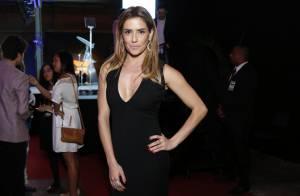 Com look preto decotado, Deborah Secco se destaca em premiação no Rio