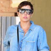Aerolook à la Deborah Secco: atriz aposta em camisa jeans, calça justa e salto