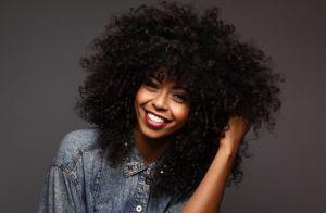 5 dicas para deixar os cabelos crespos e cacheados mais bonitos no inverno