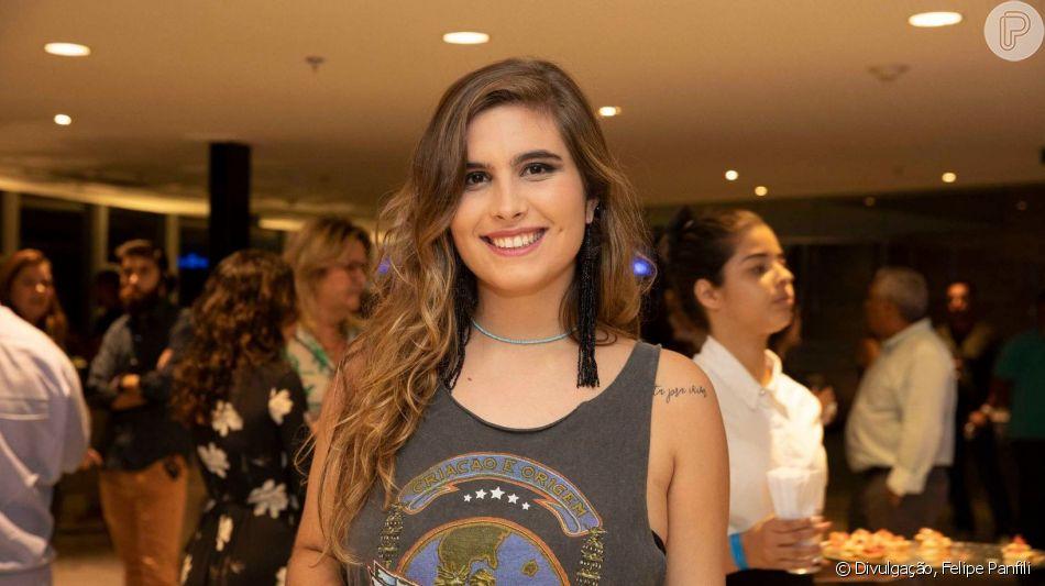 Filha mais velha de Claudia Abreu, Maria, de 18 anos prestigiou a mãe na estreia da peça 'PI - Panorâmica Insana' em teatro da Glória, Zona Sul do Rio, nesta quinta-feira, 23 de maio de 2019