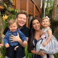 Filhos de Thais Fersoza queriam dar um beijo de boa noite no pai Michel Teló nesta quarta-feira, dia 29 de maio de 2019