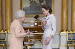 Angelina Jolie recebe medalha de Dama Honorária das mãos de rainha Elizabeth II