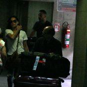Carolina Ferraz circula com o ex-namorado Marcelo Marins em aeroporto