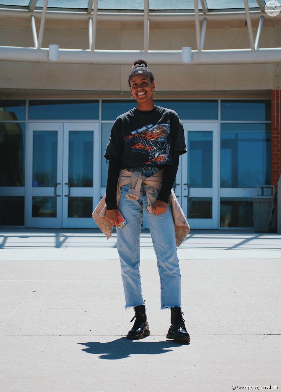 A calça jeans reta é outra tendência deste inverno: combine com botas ou coturnos para um look descolado