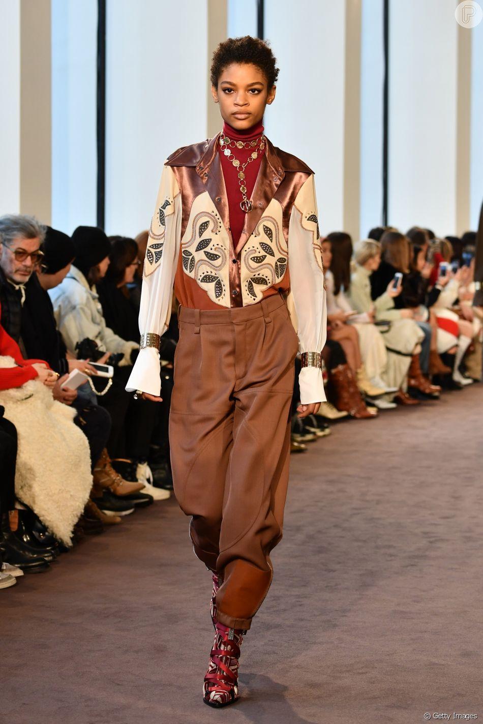 """A camisa western, com recortes e tons terrosos, é tendência e forma looks com pegada """"Velho-Oeste"""""""