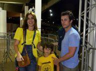 Carolina Dieckmann assiste a jogo de basquete com o marido e o filho José