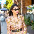 O blazer com estampas brilhosas pode servir de look de balada com um cinto