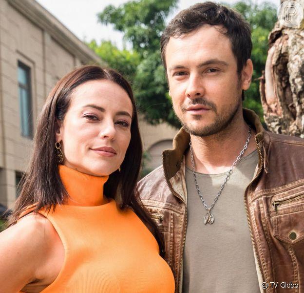 Chiclete (Sergio Guizé) descobre que sua encomenda é Vivi (Paolla Oliveira) na novela 'A Dona do Pedaço'