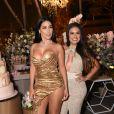 Simone posa ao lado da irmã em festão de luxo