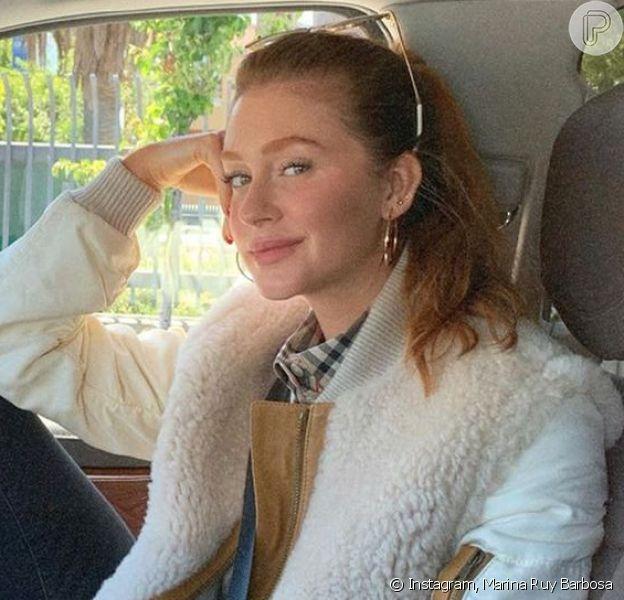 Marina Ruy Barbosa desfilou look estiloso durante a viagem, avaliado em mais de R$48 mil.